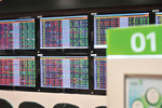 VN stocks extend losses further