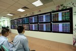 VN stocks end rallies on late selling