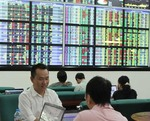 VN stocks fall on low market sentiment