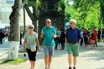 Int'l tourists jump some 30%