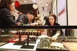 Gold selling price rise varies from store to store