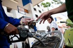 Petrol prices up nearly VNĐ1,000 per litre