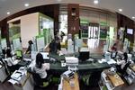 Despite lower interest rates, people still put money in banks