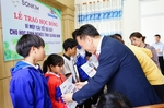 SonKim Land gives away scholarships to disadvantaged kids in Quang Nam Province