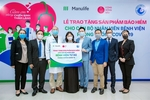 Manulife, Cong Dong Bau thank frontline maternity doctors by gifting health insurance policy