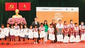 Hanwha Life Vietnam gives gifts to children affected by pandemic