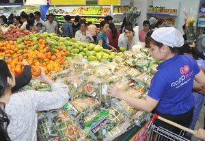 Country's largest retailer begins to cut prices of Tet goods