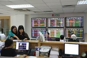 VN stocks trade lower as worries return