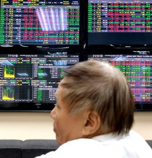 Shares dip in line with global slump