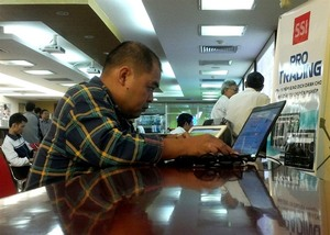 Shares to consolidate at 900 points: experts