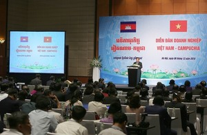 Viet Nam, Cambodia PMs attend business forum