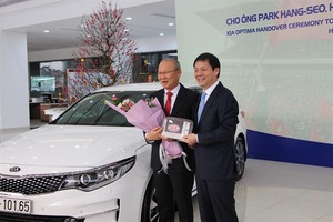 THACO gifts car to Viet Nam's Korean U23 football coach