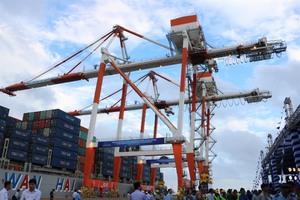 Lach Huyen int'l port opens in Hai Phong