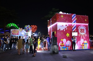 Co.opmart giant gift box makes sudden appearance in Da Nang