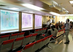 Shares dip on poor confidence