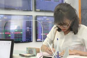VN stocks lose on energy, ETF reviews