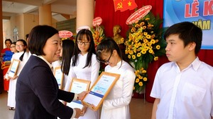 Sacombank gives scholarships to 3,051 students