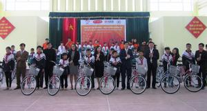 Poor students receive free bicyles