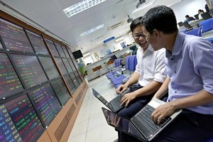 Banks gain, helping the VN-Index inch up