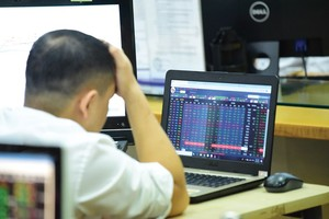VN stocks slide as selling hits retail, tech and brokerage
