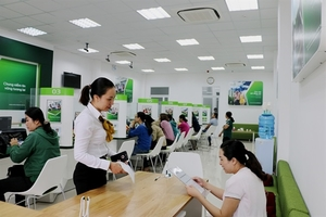 VN stocks up, Vietcombank shares hit new high