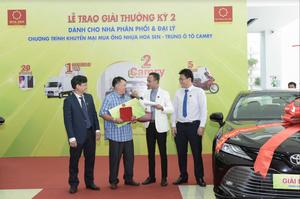 Hoa Sen presents lucky prizes to agents, distributors