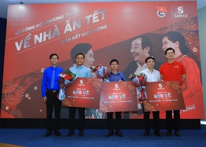 Tet spirit: Sabeco gifts air, bus tickets to 2,000 outstanding workers