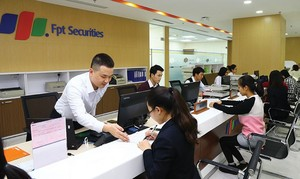 VN stocks extend losses in the early session