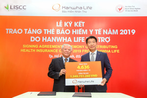 Hanwha Life Vietnam donates 4,636 health insurance cards to the poor