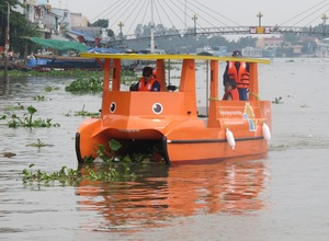 Korean company organises Mekong River clean-up in Vinh Long Province