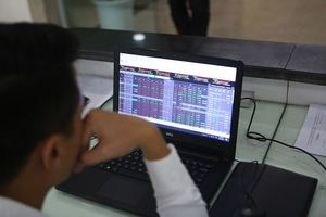 VN stocks slip as economic worries return