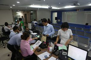 VN stocks mixed as investors wait