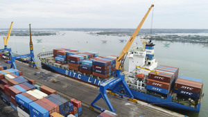 Chu Lai Port welcomes giant container vessel from Korea