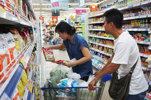 Laundry liquid detergents, soya milk, soft drinks, and cakes sold at only VND2,900 at Co.opmart