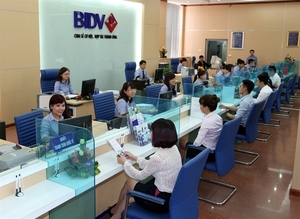 VN-Index retreats to near 990 points at weekend
