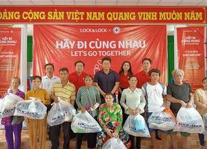 Lock&Lock provides gifts todisadvantaged families in Soc Trang