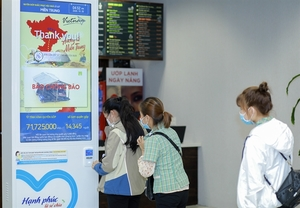 Samsung Vietnam, employeesdonateVND5 billion to flood-hit central provinces