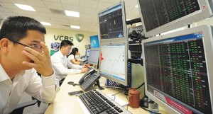 Local stocks brought down by selling as VN-Index nears 1,000 points