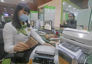Shares reach one-year peak on banking stocks