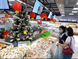 Co.opmart begins offering big discounts on Tet goods, takes orders for Tet gift hampers