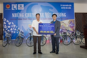 Shinhan Bank donates bicycles to poor students in HCM City