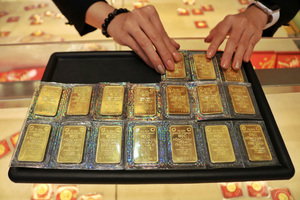 Gold prices down in Viet Nam, up in the world