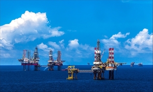 Dwindling oil prices a double-edged sword for Viet Nam's economy