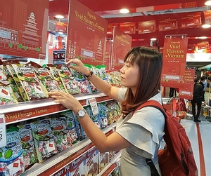 Vietnamese products to join forces with retailers, e-commerce platforms