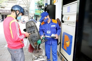 Petrol prices see sharp fall of up to VND4,252 per litre