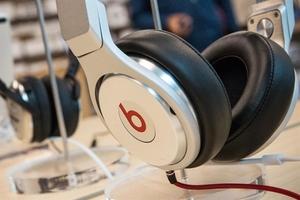 Apple to produce new over-ear headphones in Viet Nam