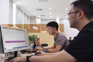VN stocks move up on financials, consumer staples