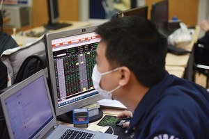 Shares drop further on low liquidity