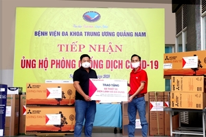 Nguyen Kim donates equipment to hospitals in central region, laptops to poor students