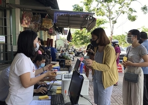 Thu Duc City issues grocery cards, limits shoppers in traditional markets